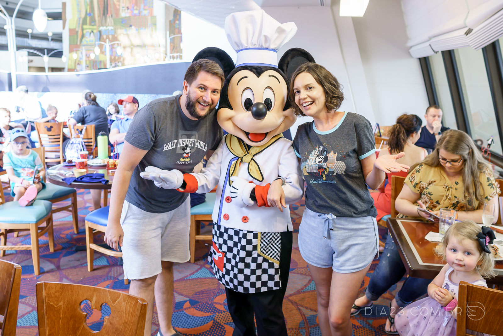 chef mickeys refeição com personagem